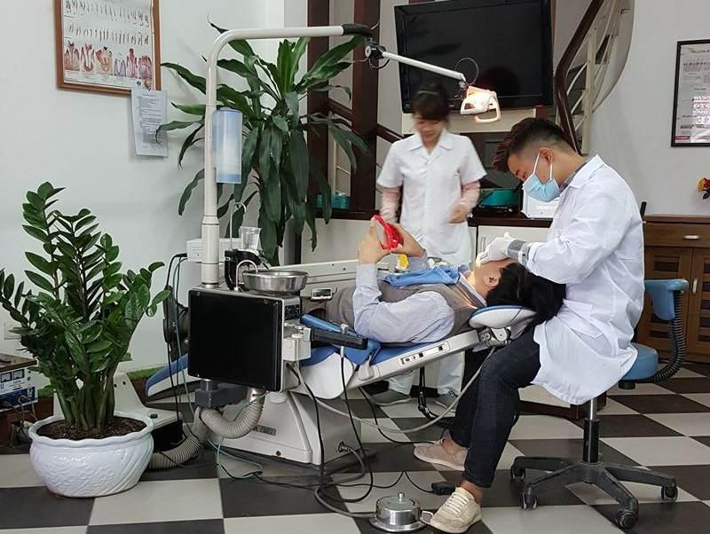 Các bác sĩ của nha khoa Nhật Tân đang thăm khám cho bệnh nhân