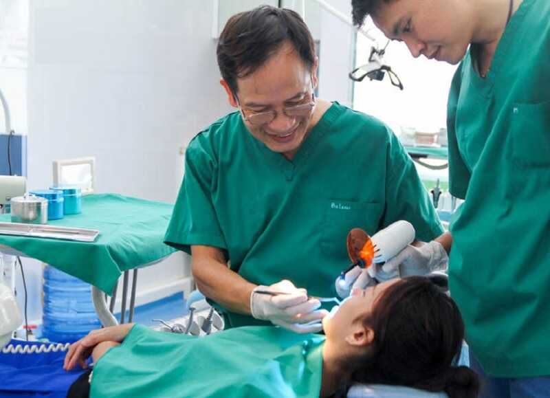 Hình ảnh bác sĩ Liệu đang tận tình khám chữa cho khách hàng