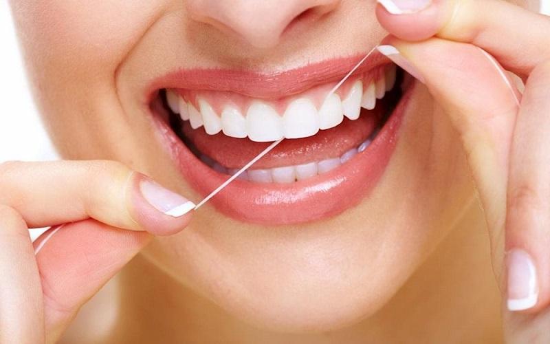 Dùng chỉ nha khoa để vệ sinh jaw miệng