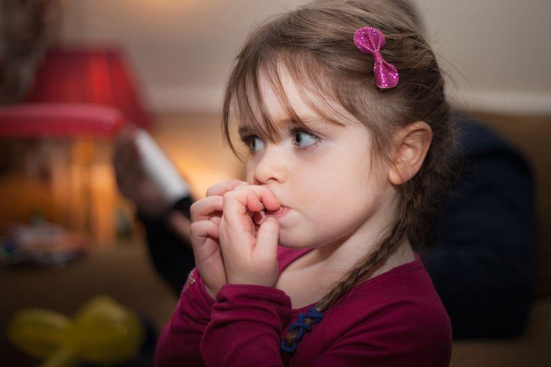 Yếu tố chủ quan là do thói quen mút tay hay đẩy lưỡi từ khi còn nhỏ